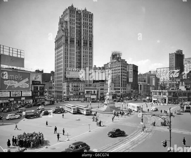 1930s COLUMBUS CIRCLE WITH COCA COLA SIGN AND TROLLEY CARS NEW YORK CITY USA - Stock-Bilder