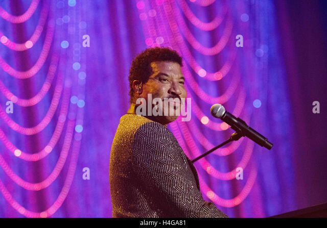 Philadelphia, Pennsylvania, USA. 15th Oct, 2016. Legendary Grammy Award singer writer and actor, LIONEL RICHIE, - Stock Image