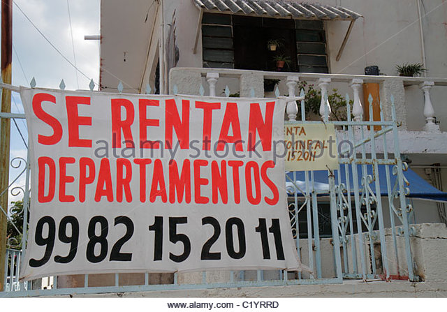 Cancun Mexico Yucatán Peninsula Quintana Roo rental apartments housing two-story building for rent sign Spanish - Stock Image
