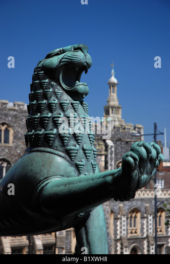 Lion outside Norwich City Hall with the Guildhall in the background - Stock Image
