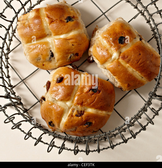 Hot cross buns on wire baking rack - Stock Image