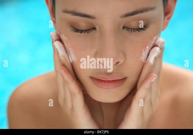 Applying pearl dust for skin - Stock-Bilder