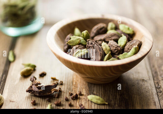 Black and green cardamom seed pods - Stock Image