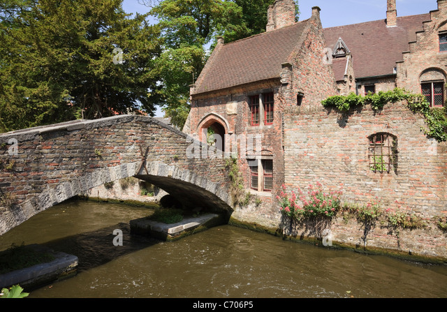 Arantspark, Bruges, East Flanders, Belgium, Europe. St Bonifacius bridge over the Den Dijver canal (Bonifaciusbrug). - Stock Image