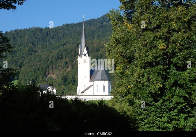 Catholic parish church Saint Leonhard of Kreuth at Tegernsee. - Stock-Bilder