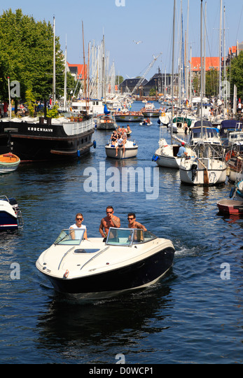 Heavy traffic of private motor boats and canal cruise boats in the old Christianshavns Canal in Copenhagen, Denmark - Stock Image