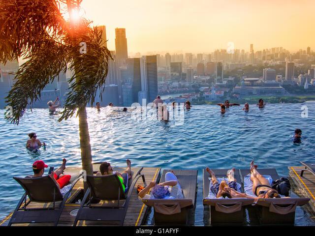 Marina sands bay pool stock photos marina sands bay pool stock images alamy - Singapur skyline pool ...