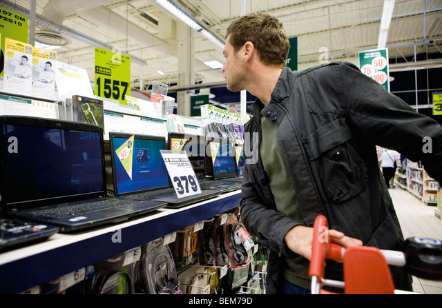Man shopping for laptop computers - Stock Image