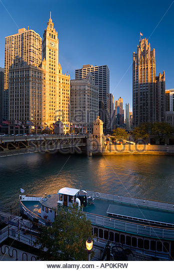 Tour boat moored on the Chicago river beneath the Wrigley building on North Michigan Avenue, Chicago, Illinois, - Stock-Bilder