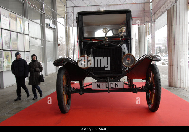 The 20th Russian Antiquarian Show has opened at the Central Artists House Moscow A vintage car one of the exhibits - Stock-Bilder