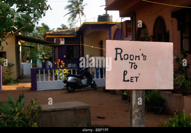 A sign announces rooms available for rent in Candolim in northern Goa in India. - Stock-Bilder