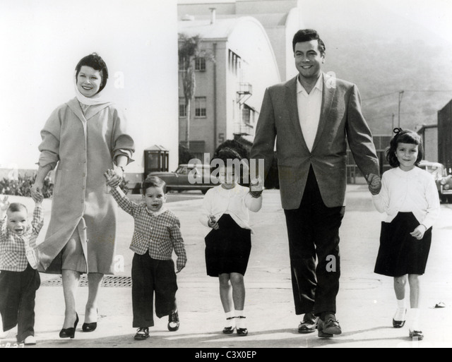 MARIO LANZA (1921-1959) US singer and actor with wife Betty and family about 1950 - Stock-Bilder