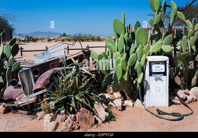An abandoned gas pump and old car in Solitaire, Namibia - Stock-Bilder