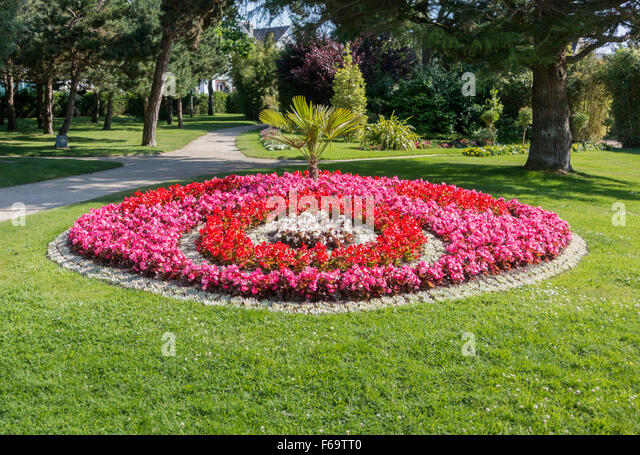 Round flower bed stock photos round flower bed stock for Round flower garden designs