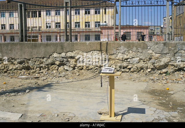 AN ILLEGAL TELEPHONE. PEOPLE FIX THE WIRES AND USE THE PHONE WITHOUT PAYING ALBANIA 4 01 2001 - Stock Image
