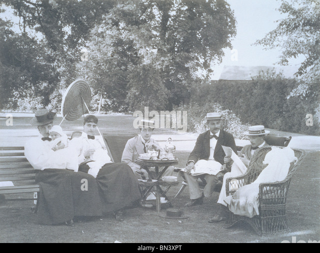 An English family taking tea on the Lawn. England, early 20th century - Stock Image