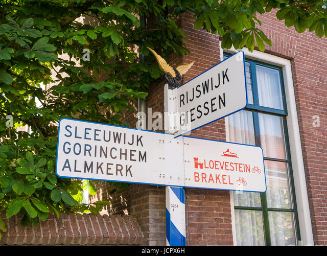 Nostalgic ANWB signpost or road sign in old town of fortified city Woudrichem, Noord-Brabant, Netherlands - Stock-Bilder