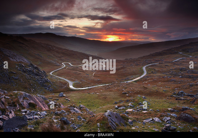 The road over the Healy Pass at dawn, Caha Mountains, Beara Peninsula, Co Cork, Ireland, October 2008 - Stock-Bilder