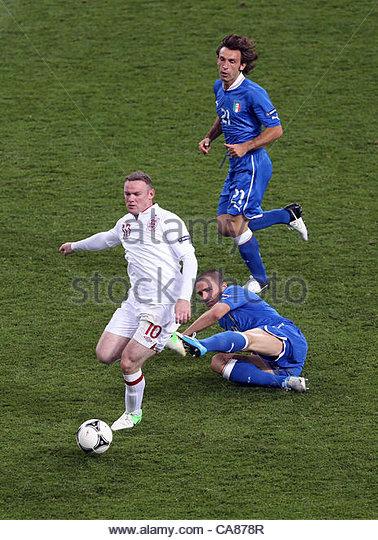 24/06/2012 Kiev. Euro 2012 Football. England v Italy. Wayne Rooney gets away from the Italian defence. Photo: Mark - Stock-Bilder