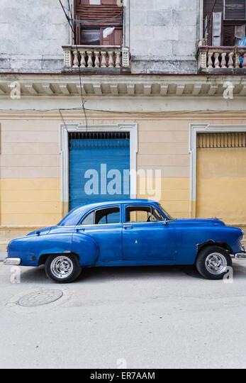 street scene with blue classic american car, Havana Vieja, Cuba - Stock Image