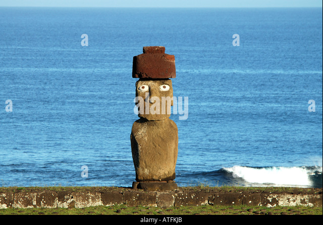 Chile Easter Island Ahu Tahai open eyes pukao topknot red hat - Stock Image