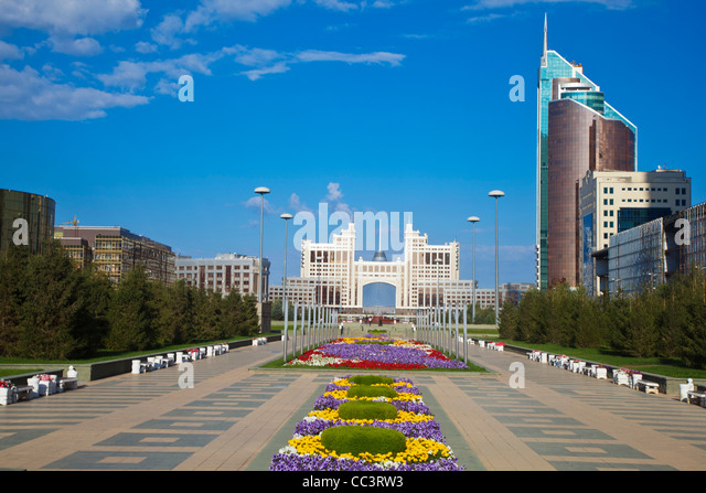 Kazakhstan, Astana, Nurzhol Bulvar - KazMunaiGas building the Oil and Gas Ministry, right: Transport and Communications - Stock-Bilder