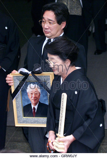 Yoshiko Morita, widow of the late Sony Corp co-founder Akio Morita, and her son, Hideo, hold a mortuary tablet and - Stock-Bilder