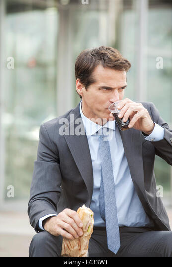 Business executive having lunch outdoors - Stock-Bilder