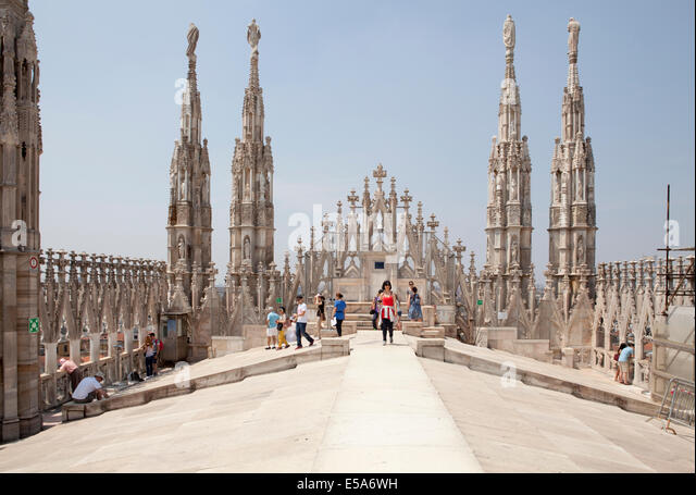Tourists on the roof of the Doumo in Milan - Stock Image