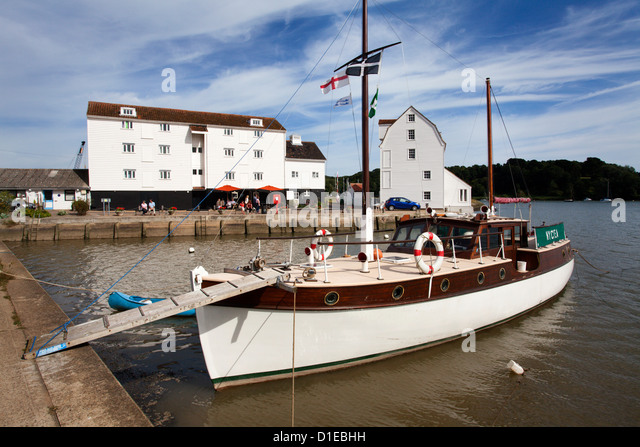 Yacht moored by the Tide Mill at Woodbridge Riverside, Woodbridge, Suffolk, England, United Kingdom, Europe - Stock-Bilder