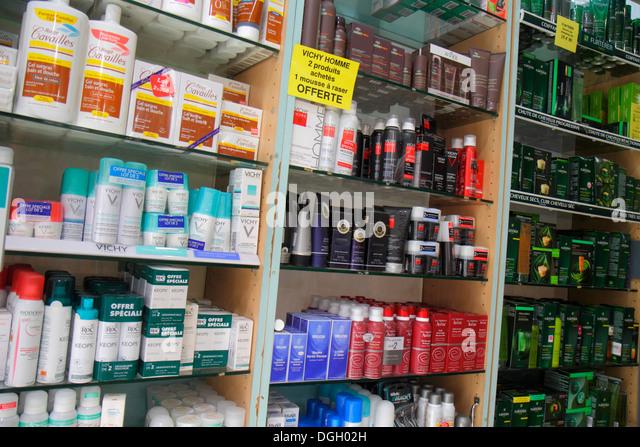 Paris France Europe French 9th arrondissement Rue Jean-Baptiste Pigalle senior man Pharmacie pharmacy drugstore - Stock Image