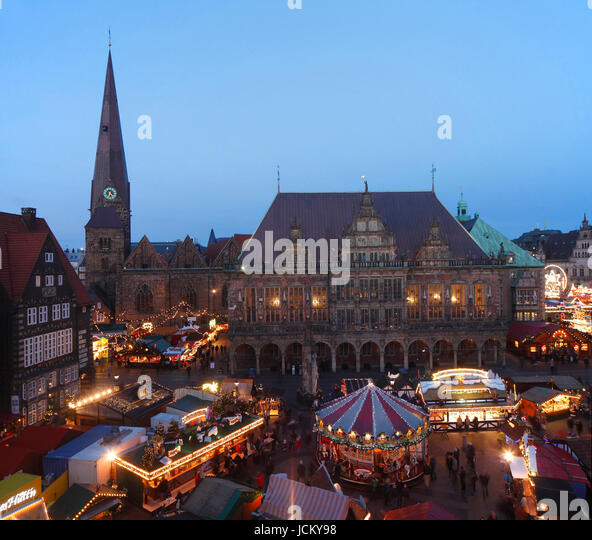 Altes Rathaus mit Liebfrauenkirche und Weihnachtsmarkt am Marktplatz bei Abenddämmerung, Bremen, Deutschland - Stock-Bilder
