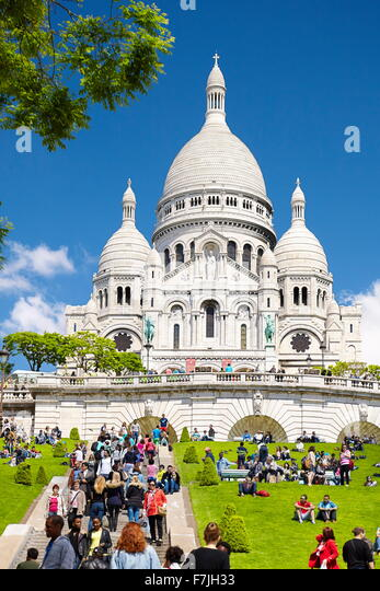 Tourists on the steps in front of the Basilica Of The Sacred Heart (Du Sacre-Coeur), Montmartre District, Paris, - Stock Image