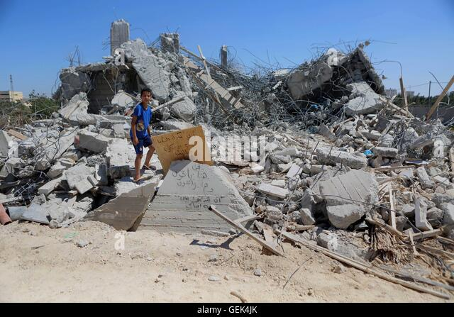 Qalandia, West Bank, Palestinian Territory. 26th July, 2016. Palestinians inspect the rubble of a Palestinian house - Stock-Bilder