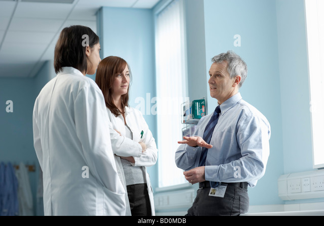 3 doctors in discussion - Stock Image
