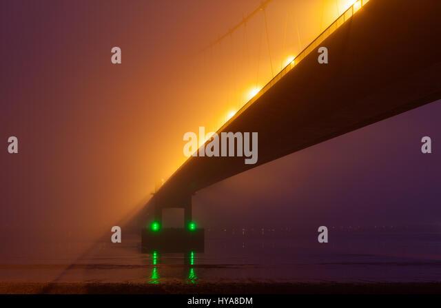 Barton-upon-Humber, North Lincolnshire, UK. 3th April 2017. The Humber Bridge shrouded in fog. Credit: LEE BEEL/Alamy - Stock-Bilder