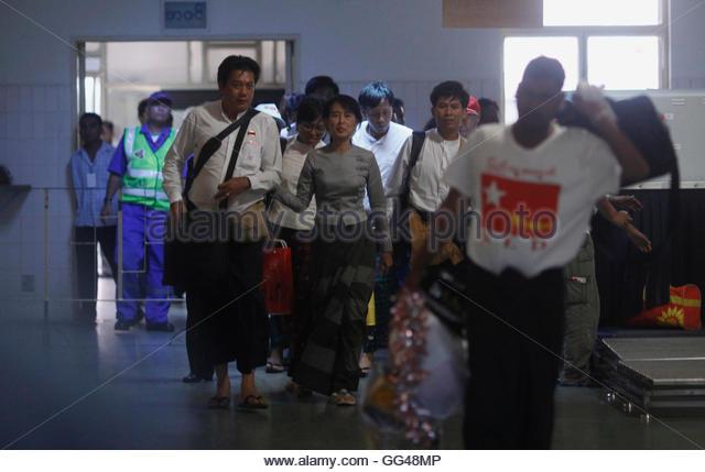 Myanmar pro-democracy leader Aung San Suu Kyi (C) arrives at Yangon domestic airport from Myeik township in Yangon - Stock-Bilder