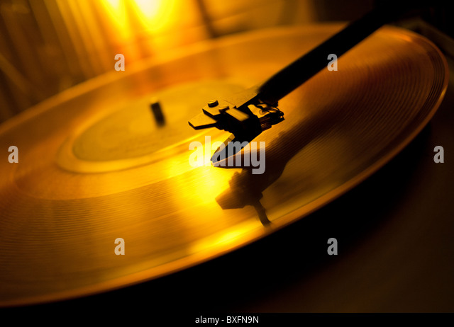 A record playing on a vinyl turntable deck - Stock-Bilder