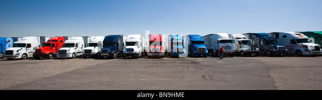 Over-the-road tractor trailer rigs parked at a Travel America truck stop, Interstate 70, Limon, Colorado, USA - Stock-Bilder