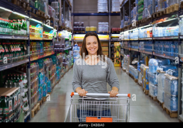Woman shopping at the supermarket - Stock Image
