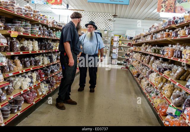 Illinois Arthur Beachy's Bulk Foods grocery store supermarket shopping Amish clothing man aisle - Stock Image