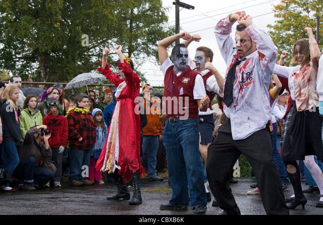 Zombies doing the Thriller dance in Portland Oregon - Stock Image
