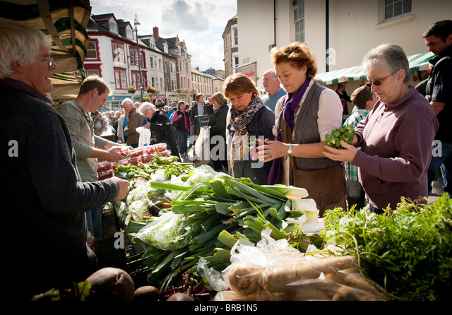 ELISABETH LUARD, writer,  buying fresh local vegetables a Aberystwyth farmers market and food festival September - Stock-Bilder