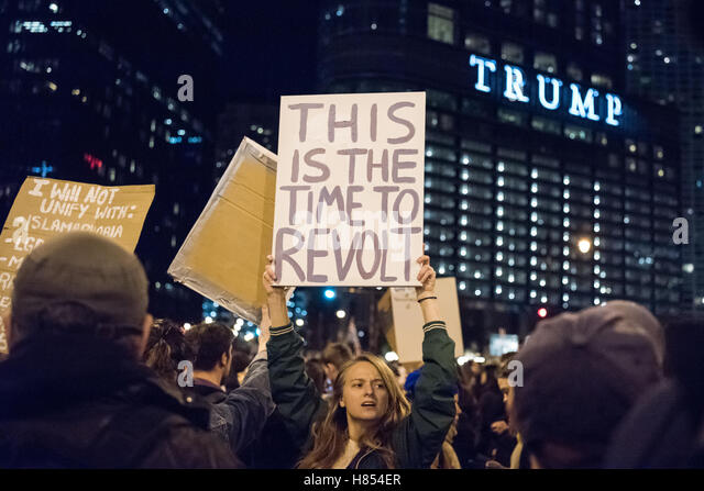 Chicago, Illinois, USA. 9th November, 2016. A protestor holds a sign reading 'This is the time to revolt' - Stock-Bilder
