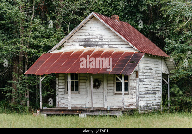 Old abandoned wooden cabin with a rusted tin roof in rural Alabama, USA. - Stock Image