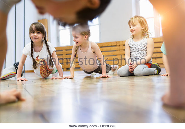 Children doing push-ups - Stock-Bilder