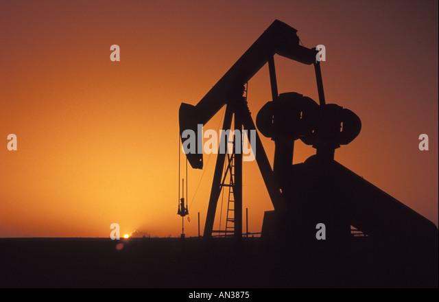 Oil Well at Sunset - Stock-Bilder