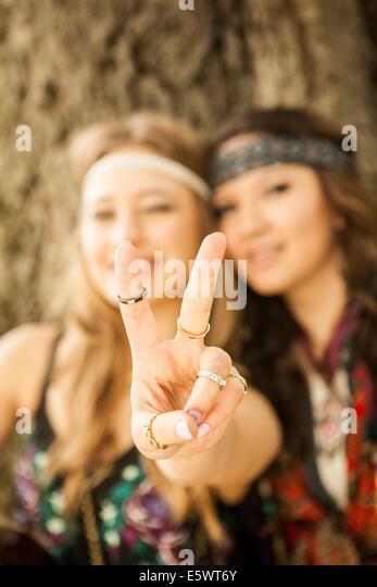 Hippy women showing peace sign - Stock-Bilder