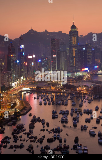 China, Hong Kong, Hong Kong Island, view across harbour to Victoria Peak at sunset. - Stock Image