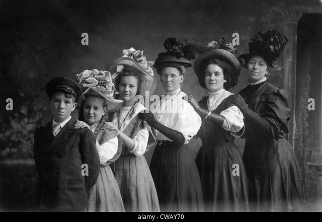 Three women and three children wearing hats, circa 1900. Photo: Courtesy Everett Collection - Stock-Bilder